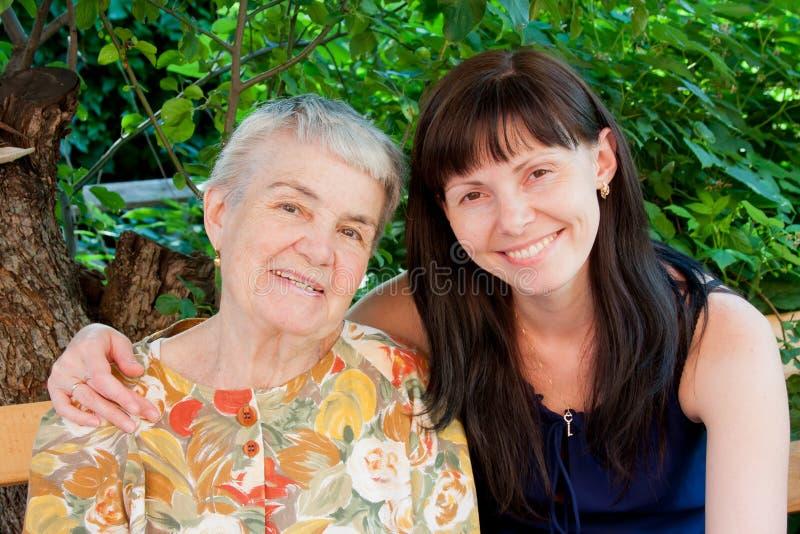 有孙的快乐的祖母 库存图片