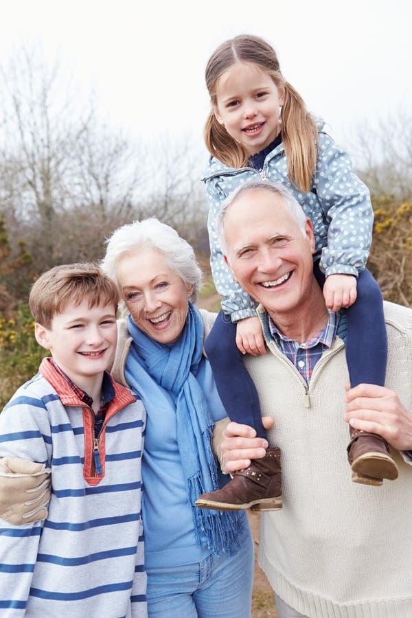 有孙的祖父母步行的在乡下 库存照片
