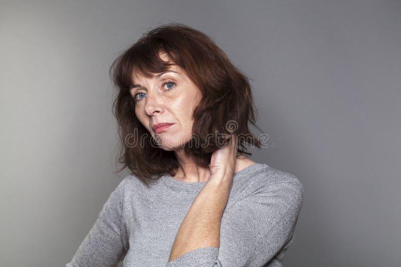 有季节性情感性精神病综合症状的美丽的50s妇女 免版税库存图片