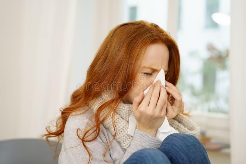 有季节性流行性感冒的病的少妇 免版税库存图片