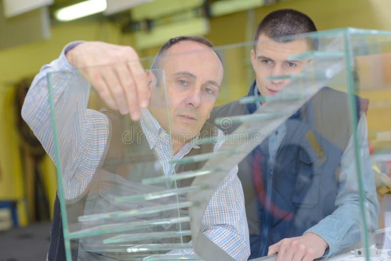 有学徒的工作者玻璃工厂的 库存图片