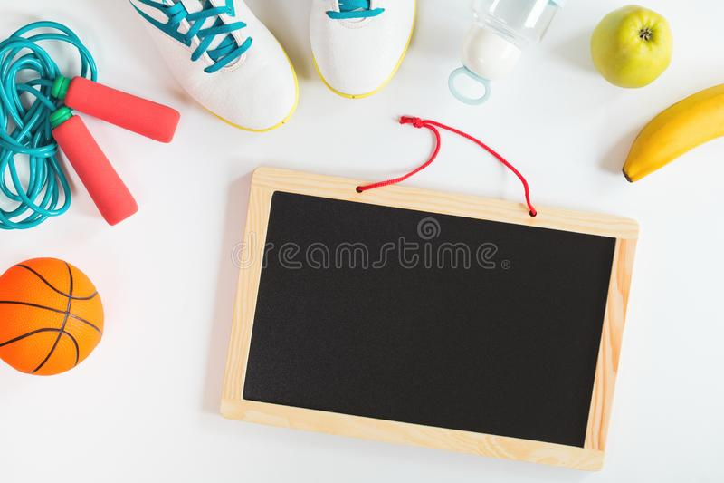 有学校体育的被隔绝的黑板和果子 库存图片