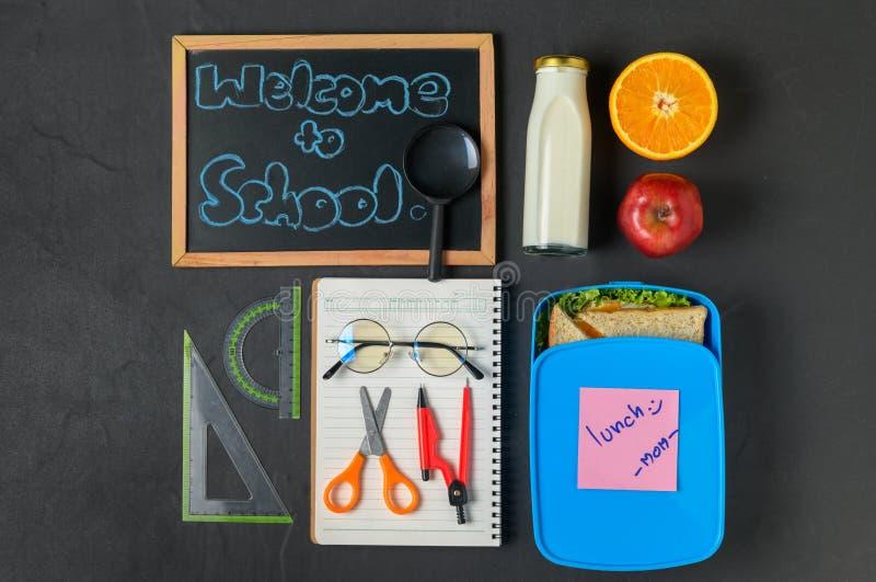 有学校用品的学校午餐箱子, 免版税库存图片
