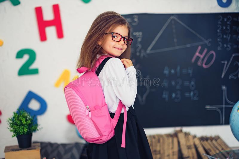 有学校背包的女孩 学校的概念,研究,教育,友谊,童年 图库摄影