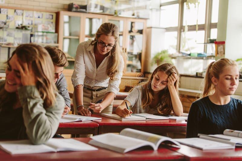 有学生和老师的大学教室 库存图片