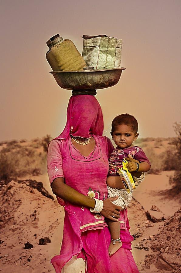 有孩子的一个村庄夫人 免版税图库摄影