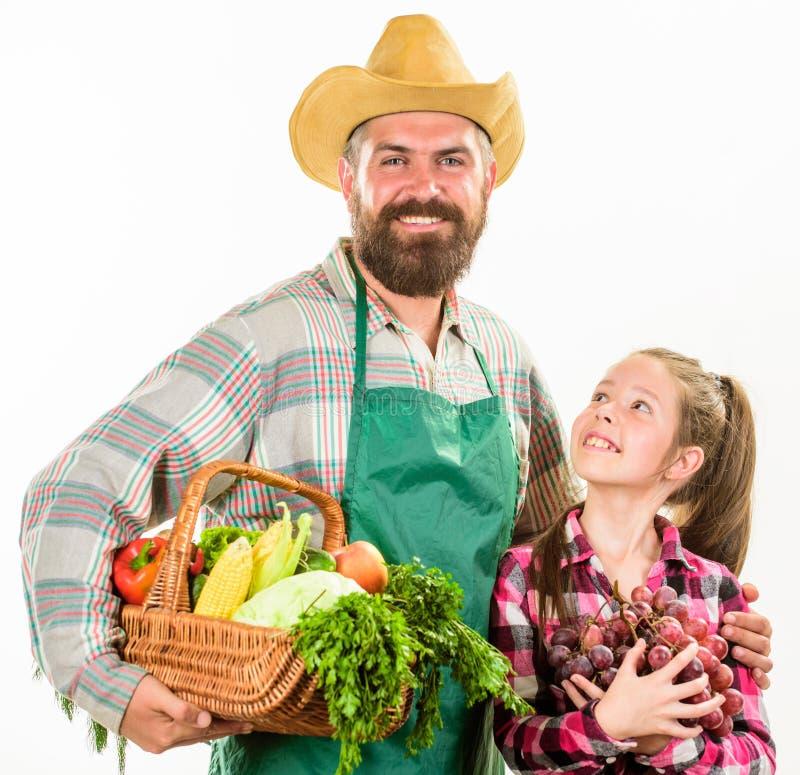 有孩子的人有胡子的土气农夫 农夫家庭本地出产的收获父亲农夫或花匠有女儿举行的 免版税库存图片