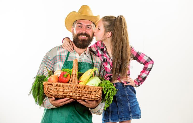 有孩子的人有胡子的土气农夫 生农夫或花匠有女儿举行篮子收获菜的 农夫 图库摄影