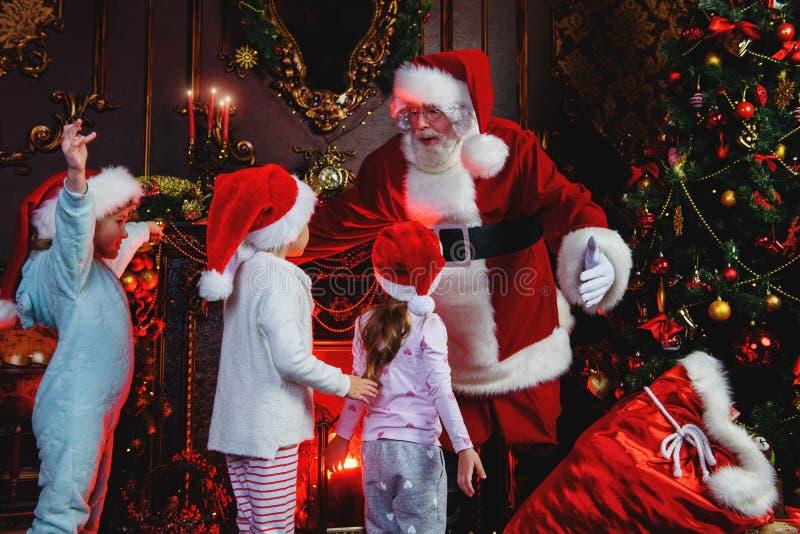 有孩子的圣诞老人 库存照片