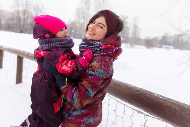 有孩子的妇女在冬天 库存照片