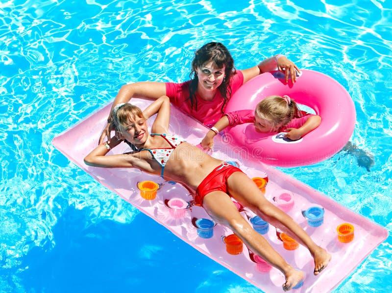 在游泳池的家庭。 库存照片