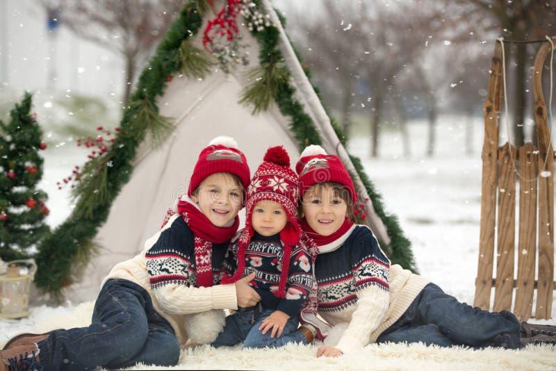 有孩子的幸福家庭,获得室外的乐趣在基督的雪 免版税库存图片