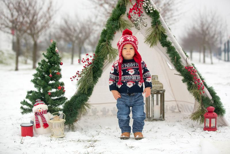 有孩子的幸福家庭,获得室外的乐趣在基督的雪 免版税图库摄影