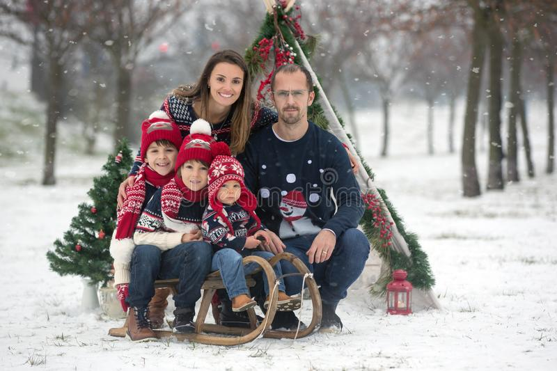 有孩子的幸福家庭,获得室外的乐趣在基督的雪 库存照片