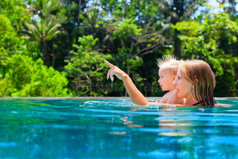 有孩子的愉快的母亲游泳池的 库存照片