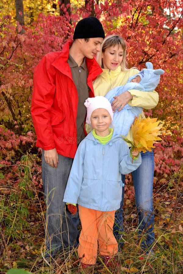 有孩子的愉快的年轻家庭 免版税库存图片