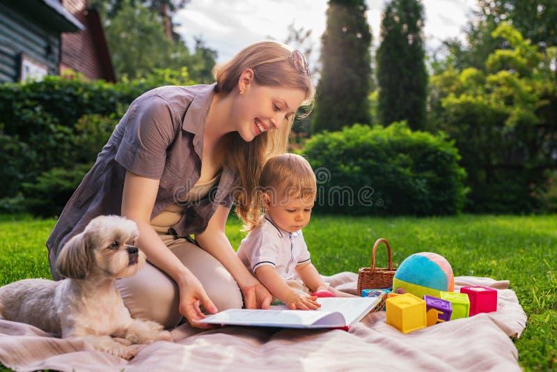 有孩子的母亲在公园 免版税库存照片
