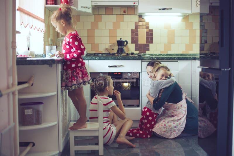 有孩子的母亲在厨房 免版税库存照片