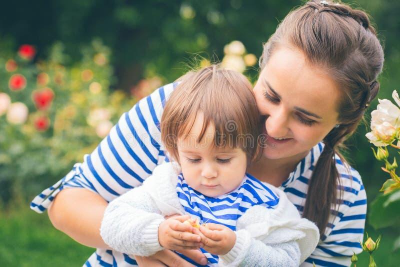 有孩子的母亲自然的 免版税图库摄影