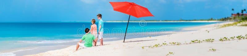 有孩子的父亲在海滩 库存图片