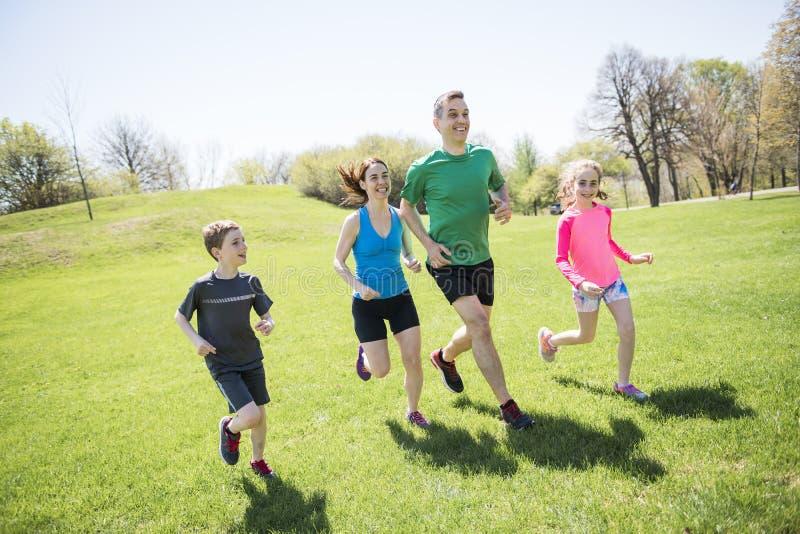 有孩子的父母炫耀一起跑外面 图库摄影