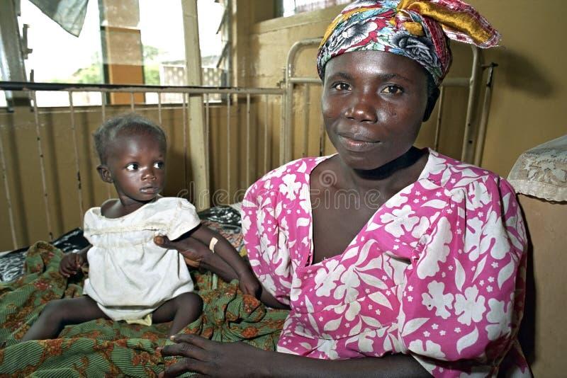 有孩子的画象骄傲的母亲在加纳的医院 免版税图库摄影