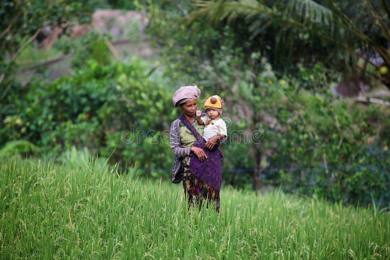 有孩子的巴厘语妇女 免版税库存照片