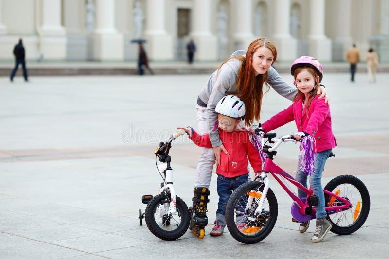有孩子的年轻母亲在城市 免版税库存照片