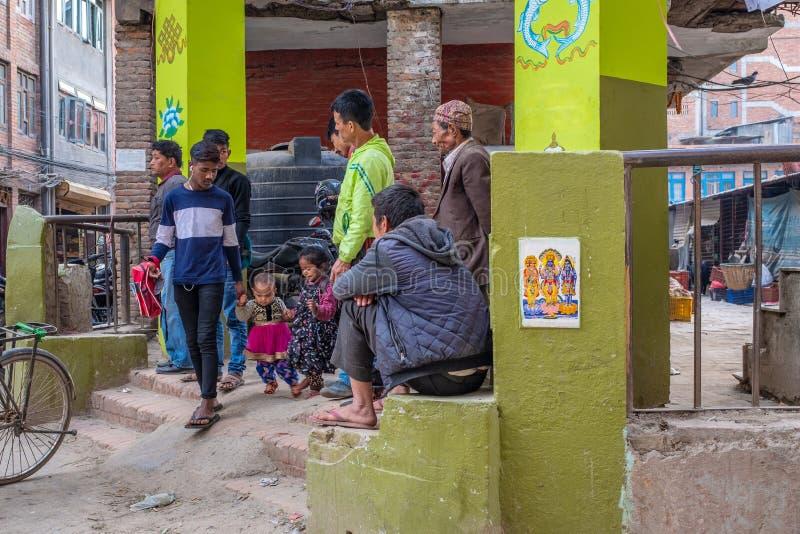 有它的两个孩子的一个尼泊尔爸爸 免版税库存照片