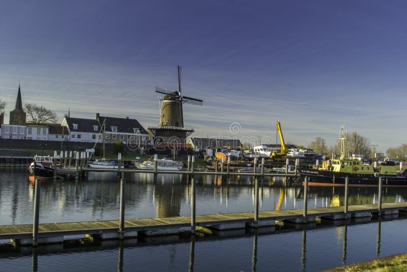 有它的房子的传统荷兰风车 库存图片