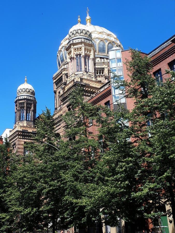 有它闪烁的柏林新犹太会堂,金黄重读的圆顶能在发光在阳光下的柏林被看见 免版税库存图片