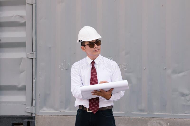 有安全帽子的工程师经理工作在站点工作 免版税库存图片