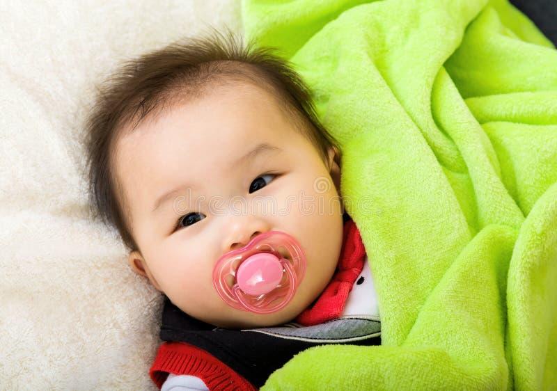 有安慰者的亚裔婴孩 免版税图库摄影