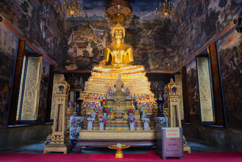 有安装的菩萨的雕塑的法坛Wat Wihan Bovornniwet马胃蝇蛆的  曼谷 免版税图库摄影