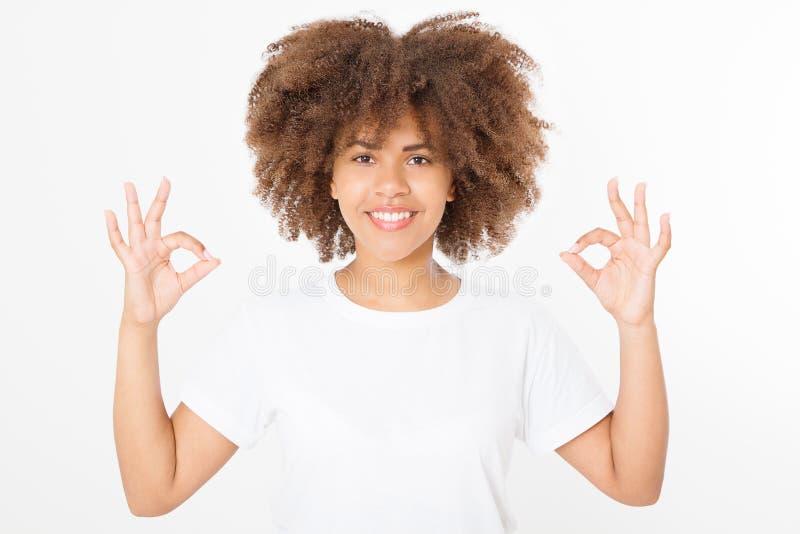 有完善的在白色背景隔绝的护肤和健康卷曲非洲的头发的微笑的年轻非裔美国人的妇女 空白T恤杉 免版税库存图片