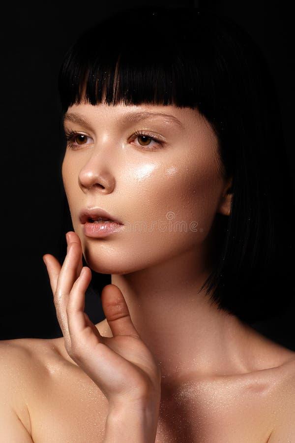 有完善的干净的发光的皮肤的美丽的少妇,自然启远地 库存图片