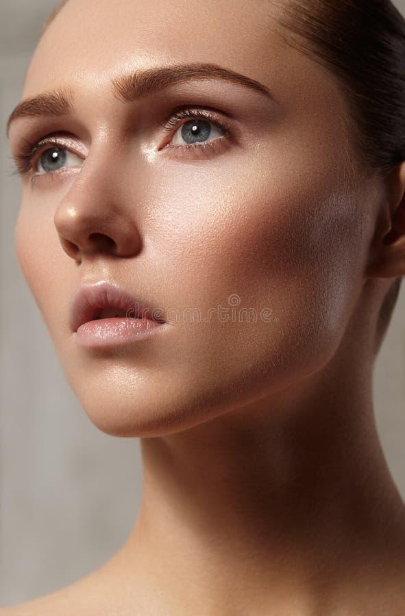 有完善的干净的发光的皮肤的,自然时尚构成美丽的少妇 模型魅力画象与逗人喜爱的小圆面包发型的 库存照片