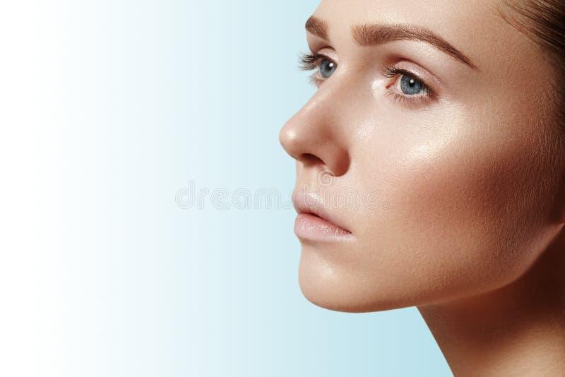 有完善的干净的发光的皮肤的,自然时尚构成美丽的少妇 特写镜头妇女,新温泉神色 免版税图库摄影