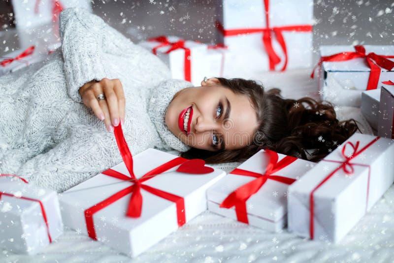 有完善的微笑和牙的可爱的美丽和性感的妇女 在生日或情人节藏品礼物的构成 免版税图库摄影