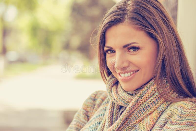 有完善的微笑和白色牙的微笑的妇女在公园 免版税库存图片