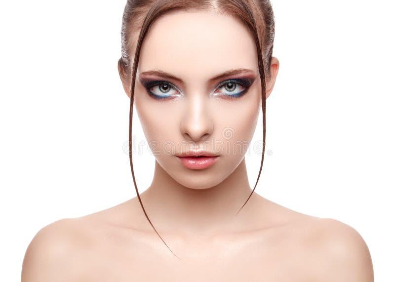 有完善的新鲜的干净的皮肤的美丽的温泉模型女孩,对她的面孔和身体的湿作用,高档时尚和秀丽画象 免版税库存图片