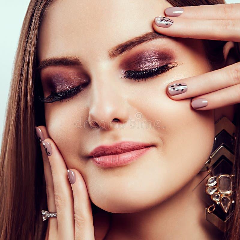 有完善的构成和修指甲佩带的首饰的美丽的少妇 秀丽和时尚概念 免版税库存照片
