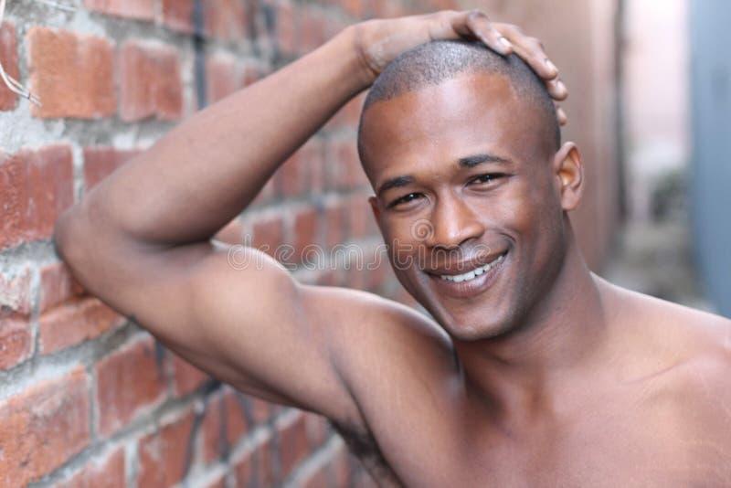 有完善的白色微笑的赤裸上身的非洲人 免版税库存照片