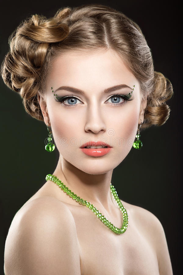 有完善的皮肤和明亮的构成的美丽的女孩 图库摄影