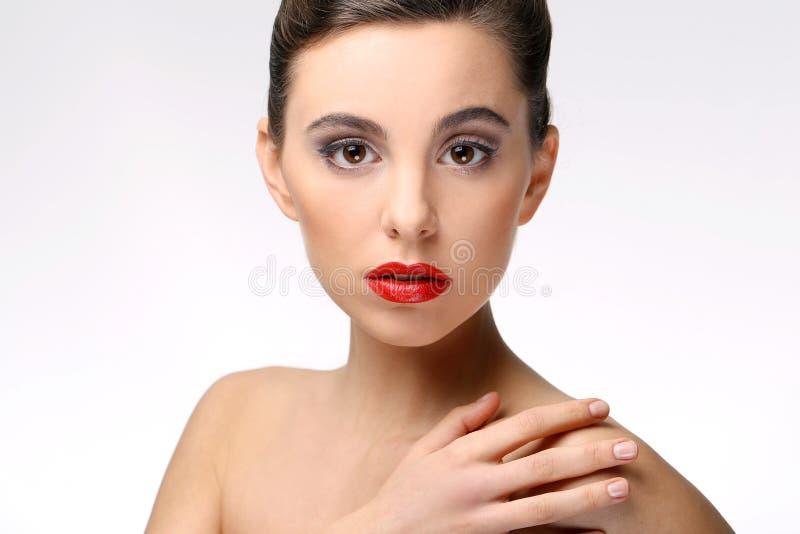 有完善的皮肤和红色唇膏的美丽的女孩 免版税库存照片