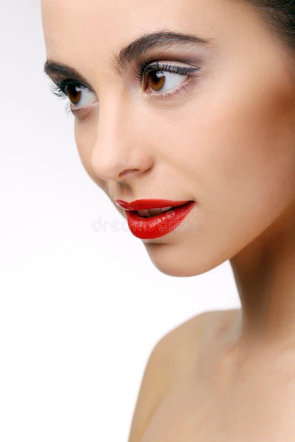 有完善的皮肤和红色唇膏的美丽的女孩 图库摄影