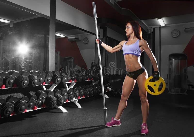 Download 有完善的腹肌的美丽的性感的妇女在健身房 库存图片. 图片 包括有 亚伯・, 健康, 查出, 臀部, 设计 - 72357181