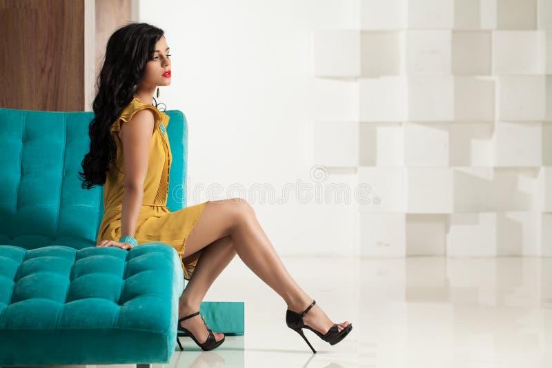 有完善的腿的美丽的深色的妇女 免版税库存照片