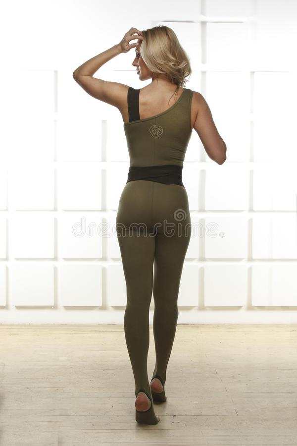 有完善的运动微小的图的美丽的性感的金发碧眼的女人参与瑜伽, pilates,锻炼或健身,带领健康生活方式,和 免版税库存照片