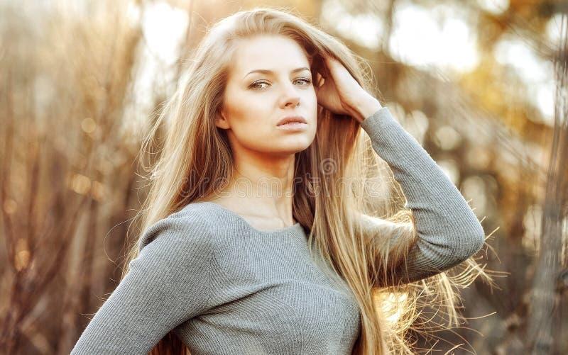 有完善的长的别致的头发的美丽的白肤金发的妇女 免版税图库摄影